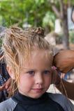 Trenzas de trenzado de la niña Foto de archivo