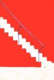 Treppe übertragen auf der roten Wand Stockfoto