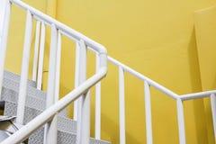 Treppe auf einem modernen Gelb des Gebäudes Stockbild