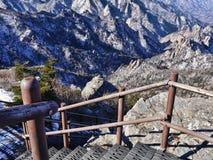 Treppe in den Bergen und die große Ansicht zu den schönen Bergen Stockbild