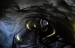 Treppe, die unten in Tunnel geht Stockbilder