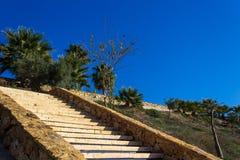 Treppe, die zu das Dorf führt stockfotografie