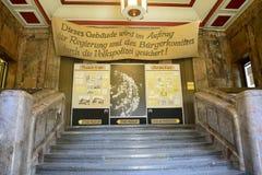 Treppe, die zu den Eingang zu Stasi Museum im Gebäude Runde Ecke in Leipzig führt Lizenzfreie Stockfotos