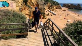 Treppe, die zu den schönen sandigen Strand nahe Lagos in Ponta DA Piedade, Algarve-Region, Portugal führt stock video