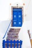 Treppe, die zu die blaue Tür, Santorini-Insel, Griechenland führt Lizenzfreie Stockfotos