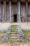 Treppe, die zu Eingang von hölzernem und Bambus-Achum an traditionellem Fon-` s Palast in Bafut, Kamerun, Afrika führt Stockfotos