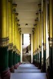 Treppe, die zu shwedagon Pagode Rangun Myanmar mit Mann am Ende von pillers von beiden Seiten führt lizenzfreie stockbilder