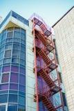 Treppe, die zum Himmel auf einem Bürogebäude führt Lizenzfreie Stockfotografie
