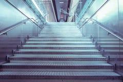 Treppe in einem allgemeinen Durchgang Lizenzfreie Stockfotografie
