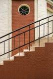 Treppe in einem Backsteinhaus Rundes Fenster in der Wand lizenzfreies stockbild