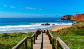 Treppe führt die Weise unten zu Surfer auf den Strand setzt, Algarve, Portugal stockfotografie