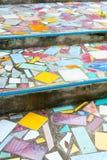 Treppe gepflastert mit defekten Fliesen Stockfoto