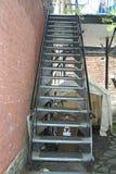 Treppe im Freien auf Seite des Gebäudes Stockbild