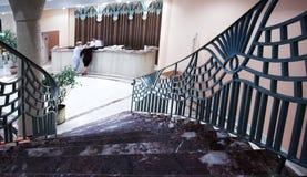 Treppe im Hotel und in der Vorhalle Stockfoto