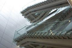 Treppe im modernen Gebäude an der Tageszeit Lizenzfreie Stockbilder