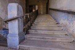 Treppe mit Eisengeländern in der Villa Lizenzfreie Stockfotos