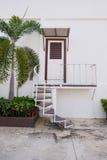 Treppe neben Tür Stockfotos