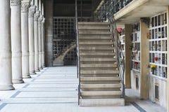Treppe am ruhigen Kirchhof in Paris Stockfotos