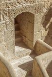 Treppe und Durchgang im Schloss von Santa Barbara Stockfotografie