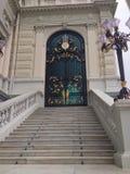 Treppe und grüne Tür Lizenzfreie Stockfotos