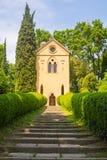 Treppe und Kapelle an einem sonnigen Tag Stockbilder