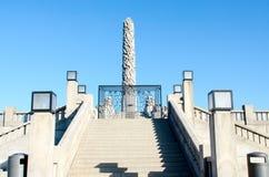 Treppe und Obelisk in Vigeland-Park lizenzfreies stockbild