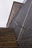 Treppe und Steinwand lizenzfreies stockfoto