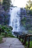 Treppe und Wasserfall stockfotos
