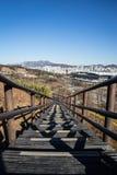 Treppe unten zur Stadt stockfoto