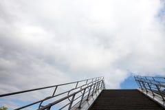 Treppe unter bewölktem Himmel lizenzfreie stockbilder