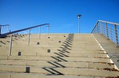 Treppe up und Straßenbeleuchtung Stockbild