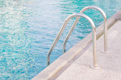 Treppe vereinigt in mehr das Pool für Bequemlichkeit stockfotos