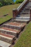 Treppe von gefundenen Mischmaterialien, von Stein, von Marmor-, von konkretem und Ziegelstein stockfotografie