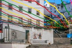 Treppe von San Miguel in Alfama-Nachbarschaft, geschmückt mit vielen Farben während der Feiertage von San Antonio, Lissabon Stockfotos