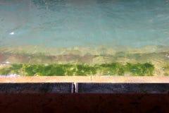 Treppe am Wasser mit Farbsteigung Stockfoto