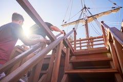 Treppe zu de deck der spanischen Replik Nao de Santa Marias stockbilder