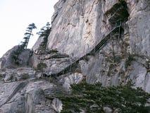 Treppe zum Geumganggul höhlt in den Bergen aus Stockbild