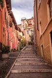 Treppe zum Hügel mit Schloss-Heiligem Pietro Stockfoto
