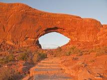 Treppe zum Nordfenster-Bogen im warmen Sonnenuntergang-Licht Stockfoto