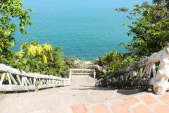 Treppe zum Ozean Stockfotos