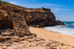 Treppe zum Strand des Atlantiks im Nazare in Portugal stockbilder