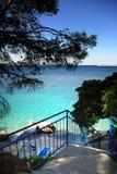 Treppe zum Strand, zum klaren Wasser und zum blauen Himmel in Kroatien Dalmatien Stockfotos