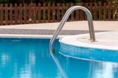 Treppe zum Swimmingpool im Hotel Lizenzfreie Stockfotos