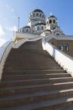 Treppe zum Tempel Heiligen Antlitz von Christus der Retter in der Regelung Adler, Sochi Lizenzfreie Stockfotos