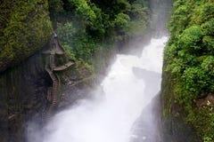 Treppe zum Wasserfall lizenzfreie stockfotos
