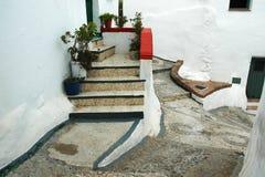 Treppe zur Eingangstür in einer schmalen Gasse Stockbilder