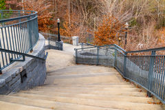 Treppe zur großartigen Laube in Piemont-Park, Atlanta, USA lizenzfreie stockfotos