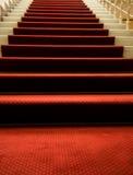 Treppen abgedeckt mit rotem Teppich Stockfotografie