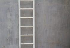 Treppen auf der Betonmauer Stockbild