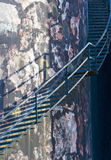 Treppen auf industriellem Becken Stockfotos